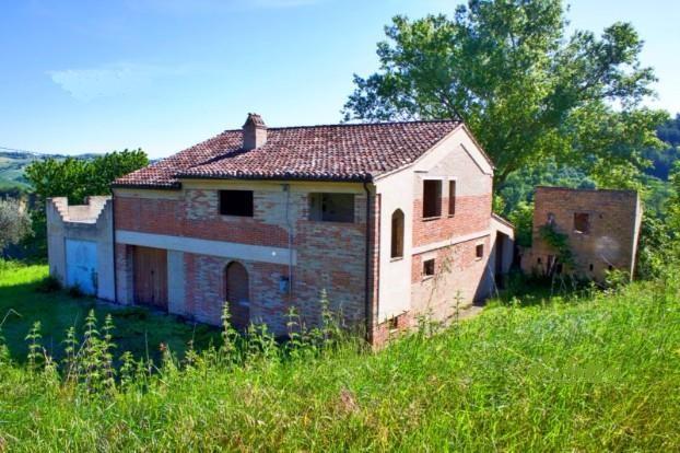 Rustico / Casale in vendita a Carassai, 8 locali, prezzo € 190.000   CambioCasa.it