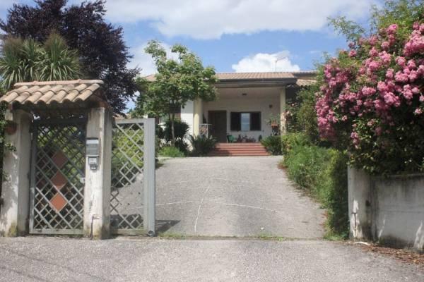 Villa in vendita a Cassino, 9 locali, prezzo € 160.000   Cambio Casa.it