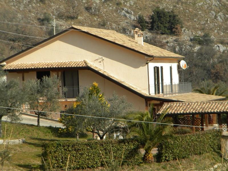 Villa in vendita a Santopadre, 15 locali, prezzo € 300.000 | Cambio Casa.it