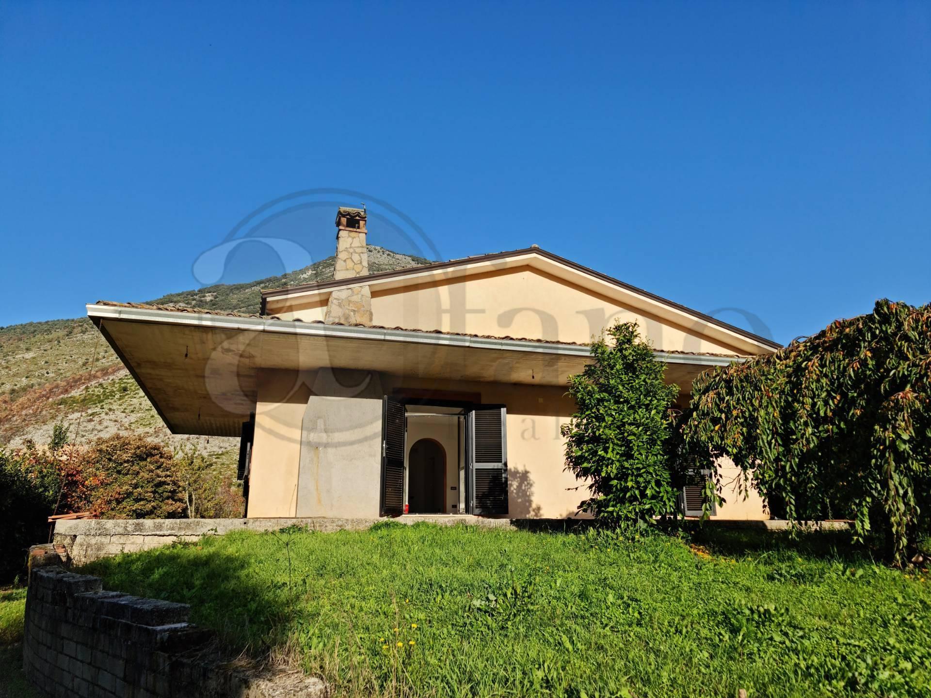 Villa in vendita a Esperia, 18 locali, prezzo € 120.000 | CambioCasa.it