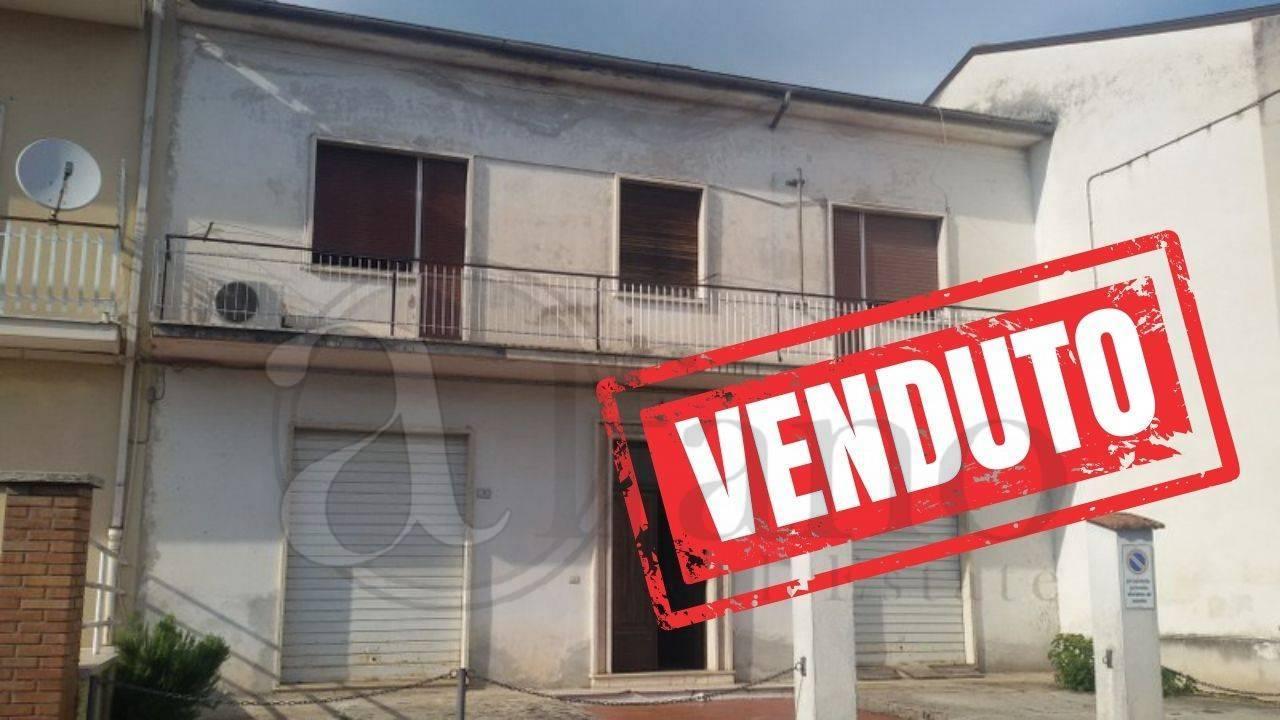 Soluzione Indipendente in vendita a Aquino, 12 locali, prezzo € 160.000   CambioCasa.it
