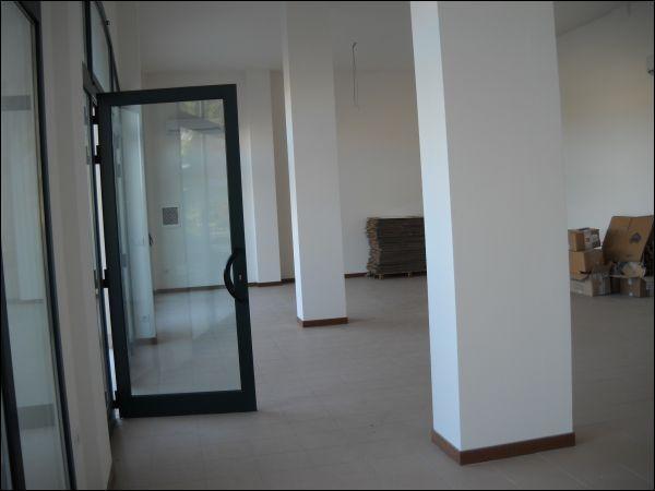 Negozio / Locale in affitto a Ascoli Piceno, 9999 locali, zona Località: Marino, prezzo € 1.500 | CambioCasa.it