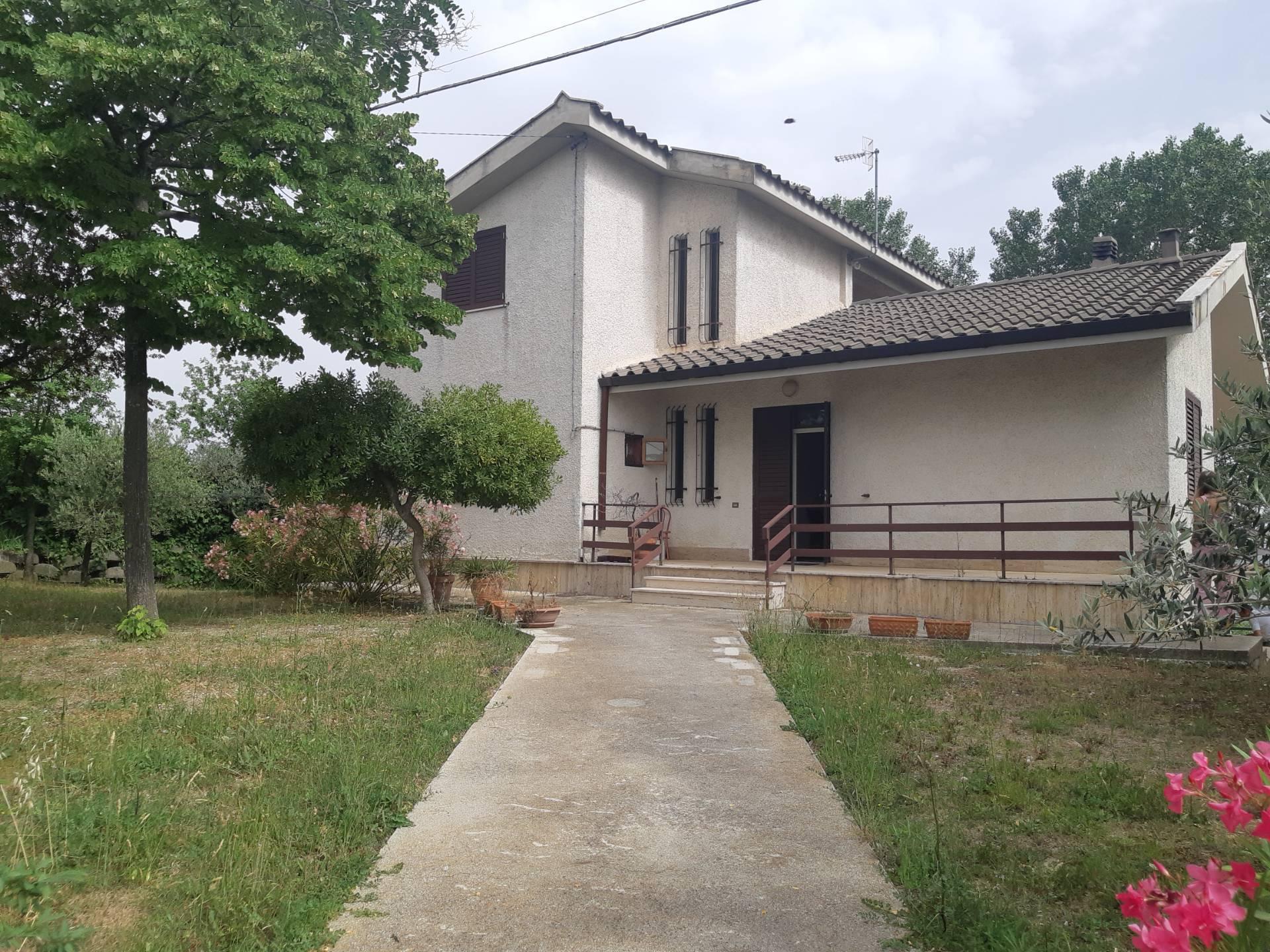 Villa in vendita a Ancarano, 10 locali, zona Località: ZonaVallatadelTronto, prezzo € 280.000 | CambioCasa.it