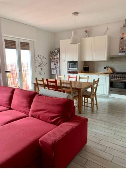 Appartamento in vendita a Caronno Pertusella, 3 locali, prezzo € 160.000 | CambioCasa.it