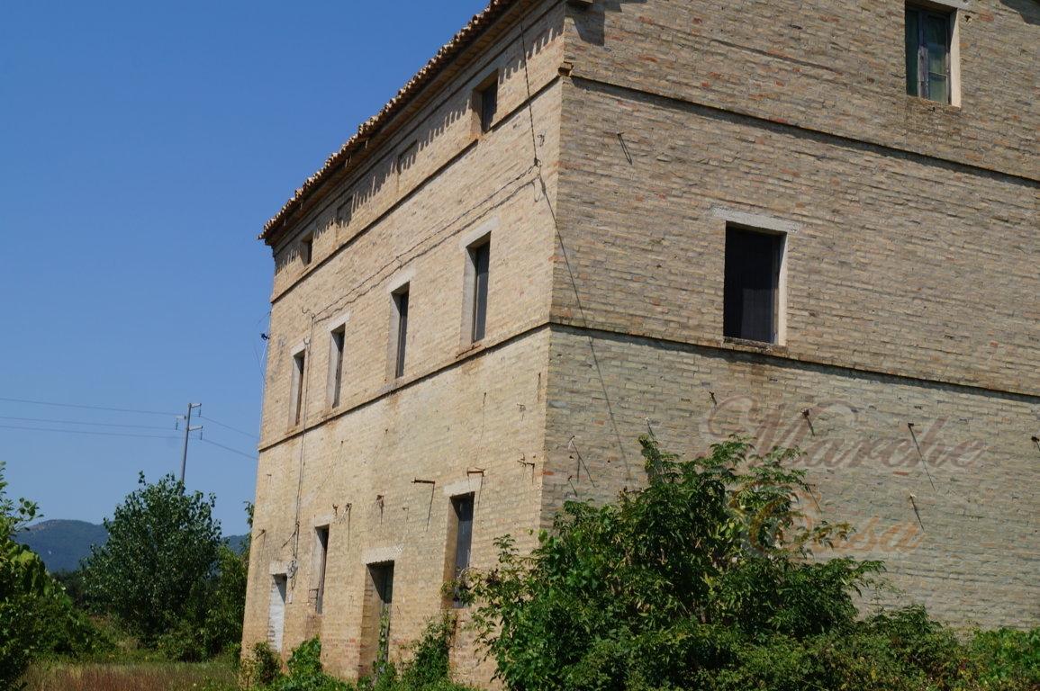 Rustico / Casale in vendita a Treia, 12 locali, prezzo € 160.000 | CambioCasa.it