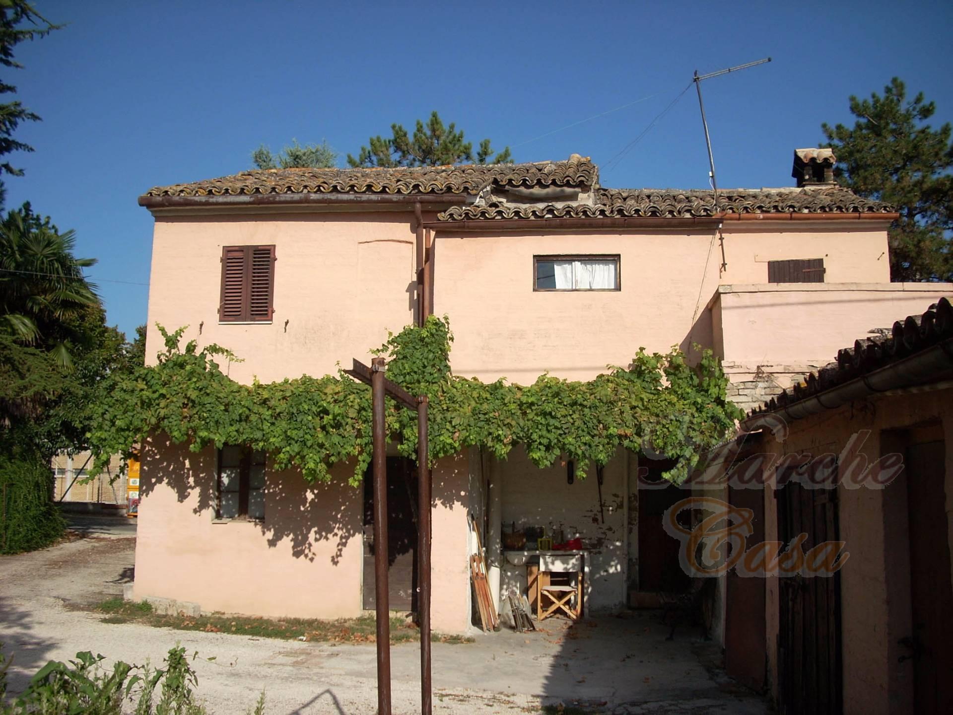 Soluzione Indipendente in vendita a Treia, 12 locali, prezzo € 105.000 | CambioCasa.it