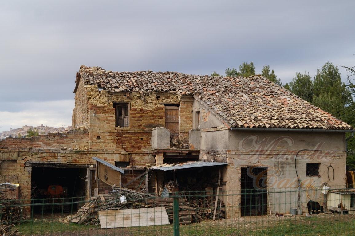 Rustico / Casale in vendita a Treia, 12 locali, prezzo € 150.000 | CambioCasa.it