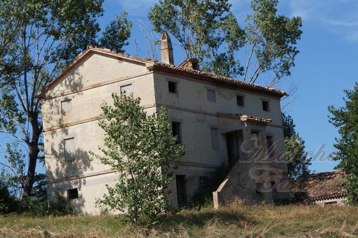 Rustico / Casale in vendita a Cingoli, 15 locali, prezzo € 150.000 | CambioCasa.it