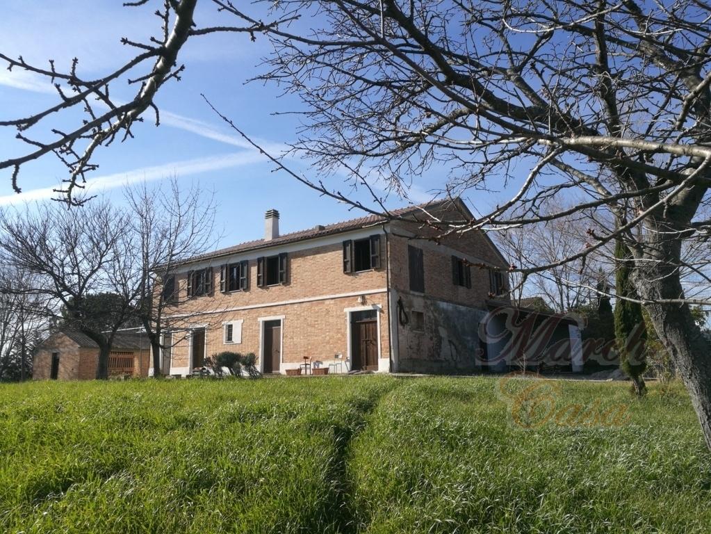 Rustico / Casale in vendita a Cingoli, 15 locali, prezzo € 250.000 | CambioCasa.it