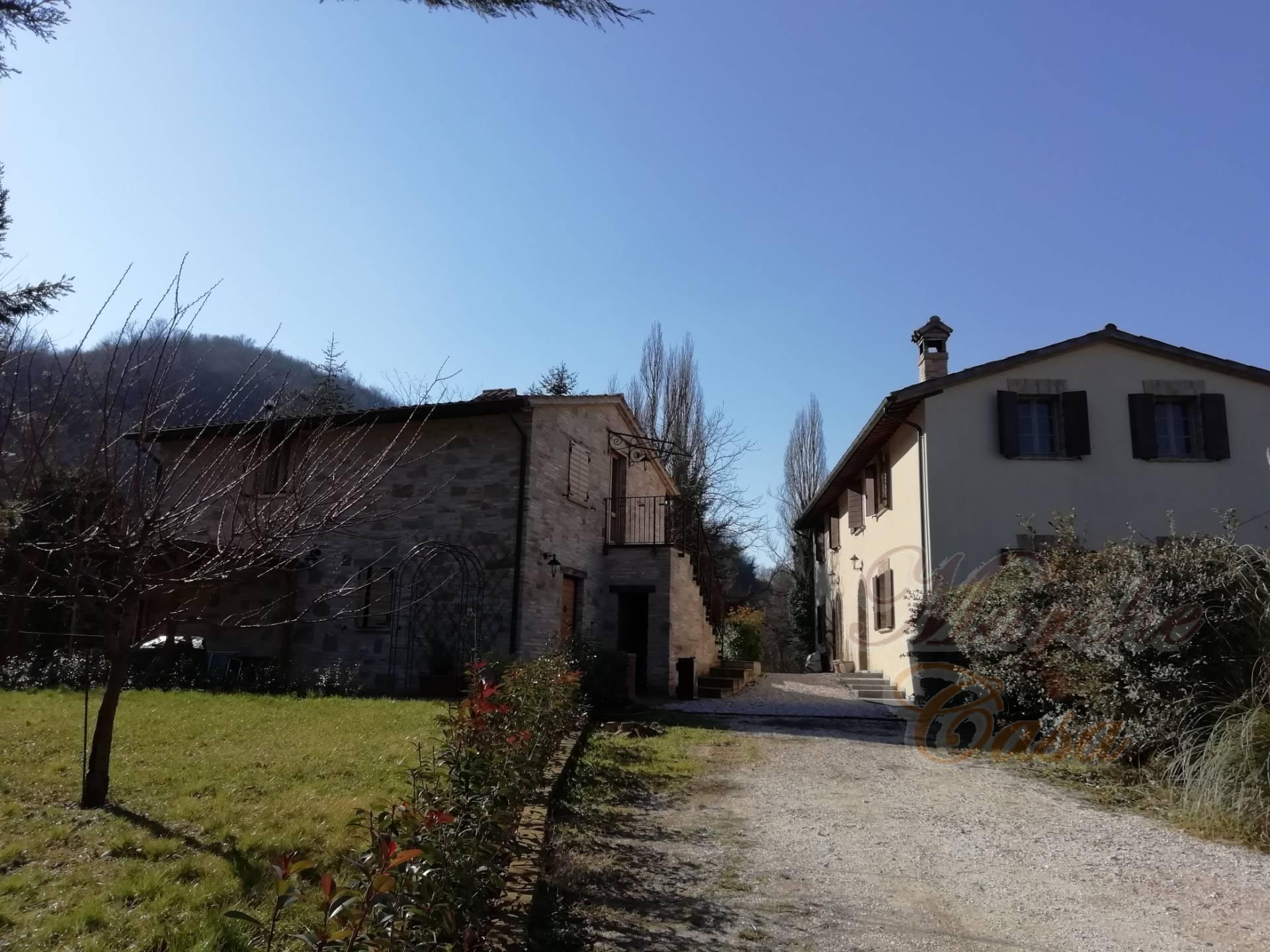 Rustico / Casale in vendita a Urbino, 20 locali, prezzo € 690.000 | CambioCasa.it