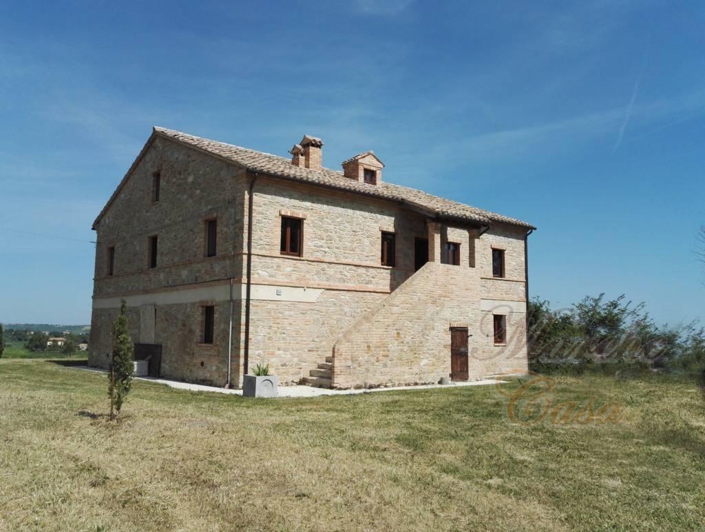 Rustico / Casale in vendita a Cingoli, 12 locali, prezzo € 450.000 | CambioCasa.it