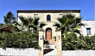 Casa con Corte in Vendita a Petritoli