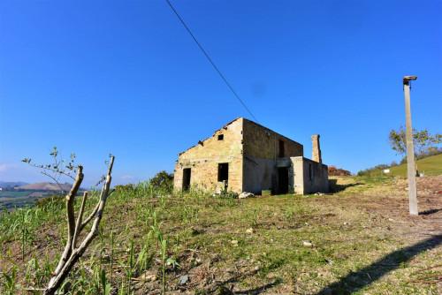 Rudere con terreno in Vendita a Monterubbiano