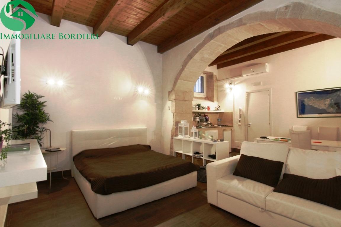 Soluzione Indipendente in vendita a Siracusa, 5 locali, zona Zona: Ortigia, prezzo € 300.000 | Cambio Casa.it