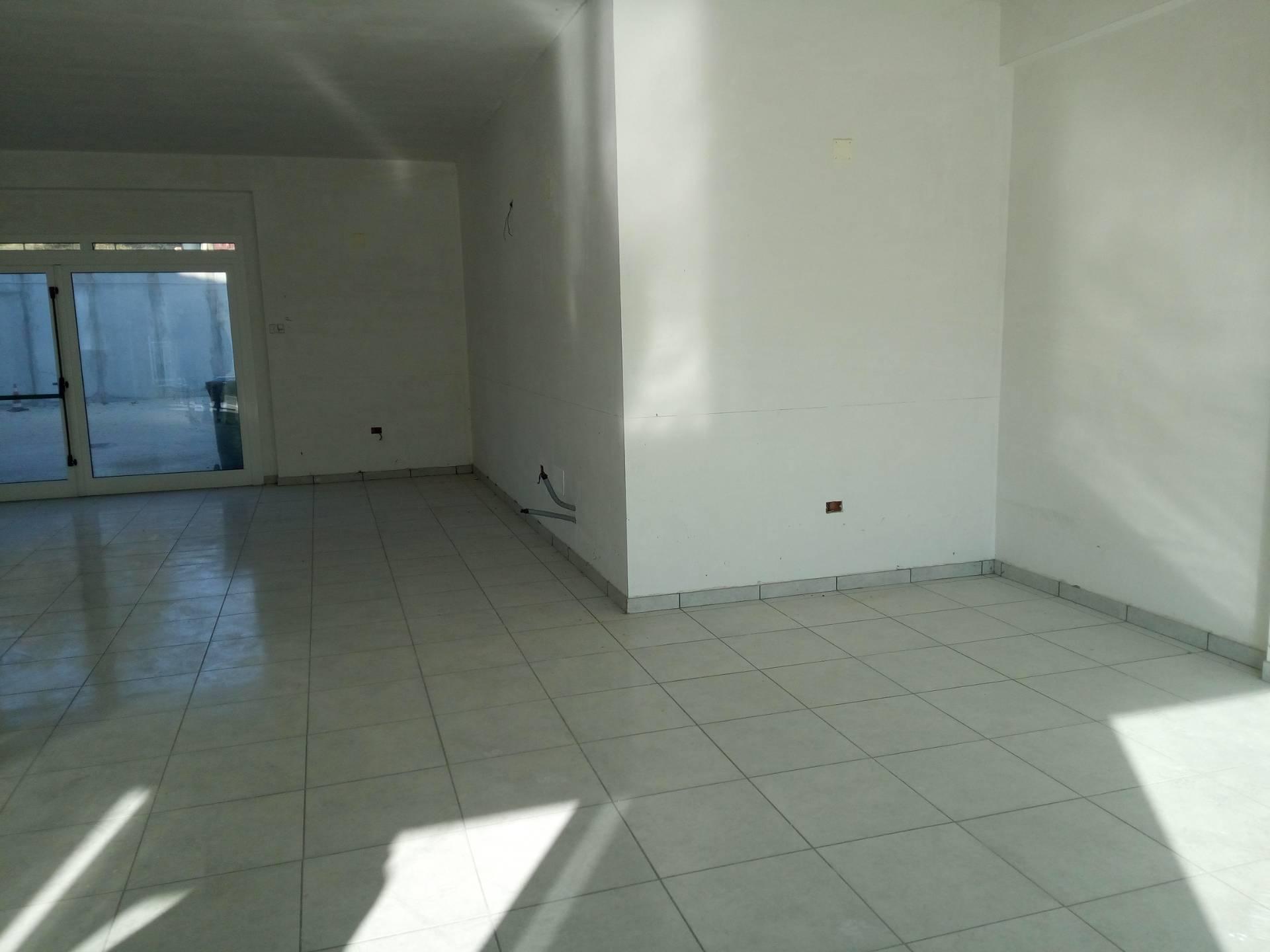 Negozio / Locale in affitto a Alanno, 9999 locali, zona Località: AlannoScalo, prezzo € 1.000 | CambioCasa.it