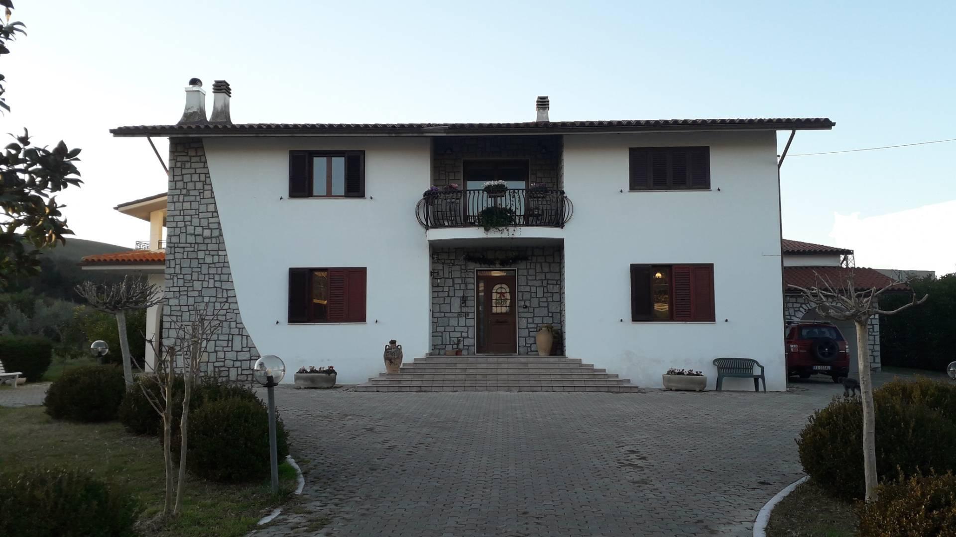 Villa in vendita a Alanno, 19 locali, zona Località: AlannoScalo, prezzo € 400.000 | CambioCasa.it