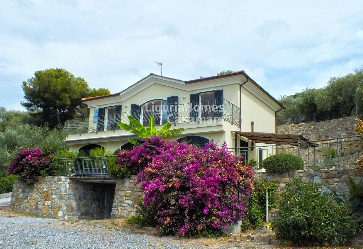 Case in vendita con giardino a diano marina for Case in vendita con appartamento seminterrato