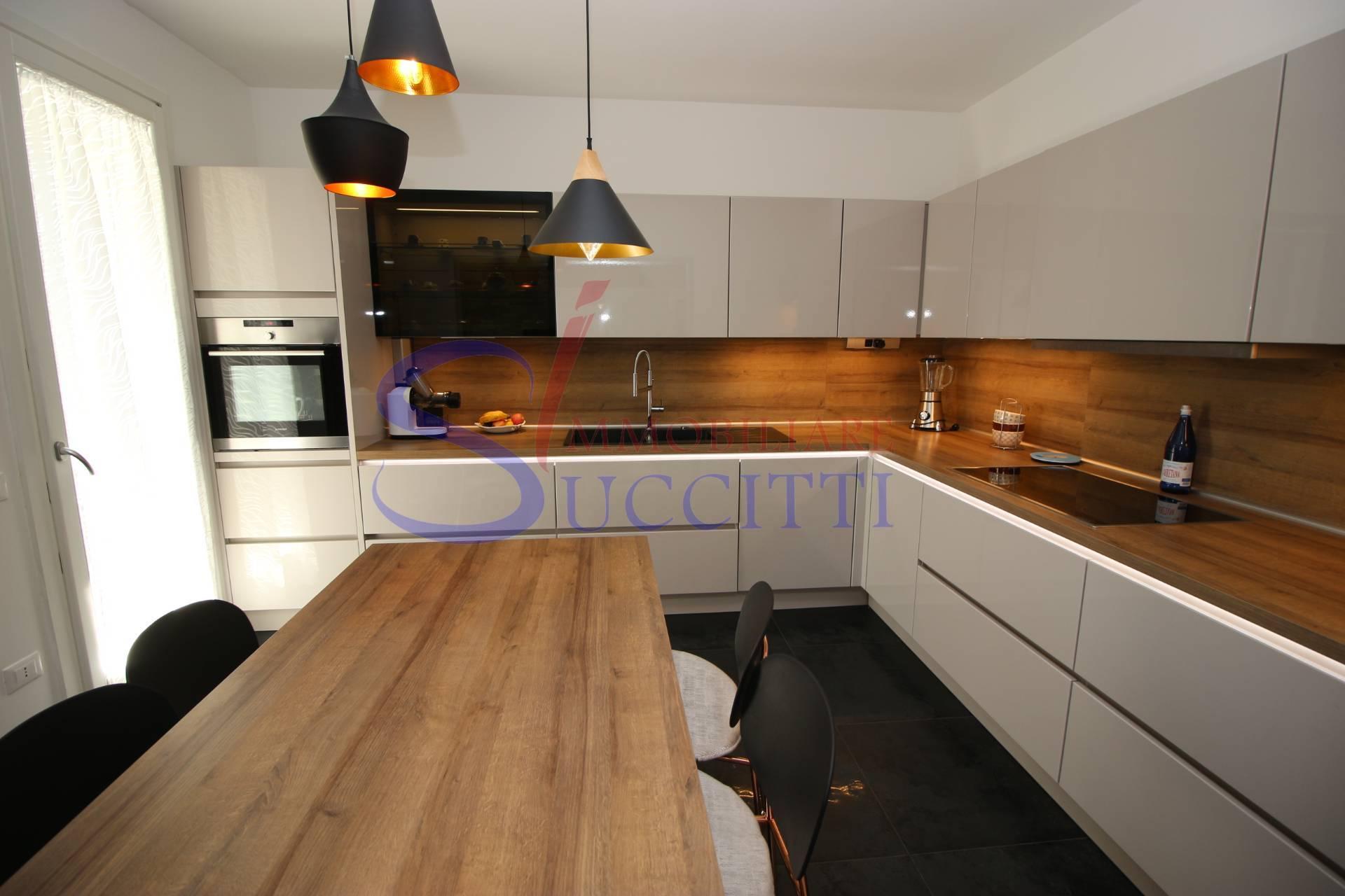 Appartamento in vendita a Tortoreto, 5 locali, zona Località: TortoretoLido, prezzo € 299.000 | CambioCasa.it