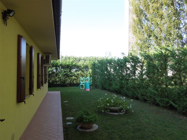 Appartamento in vendita a Cento, 4 locali, zona Zona: Buonacompra, prezzo € 115.000 | Cambio Casa.it