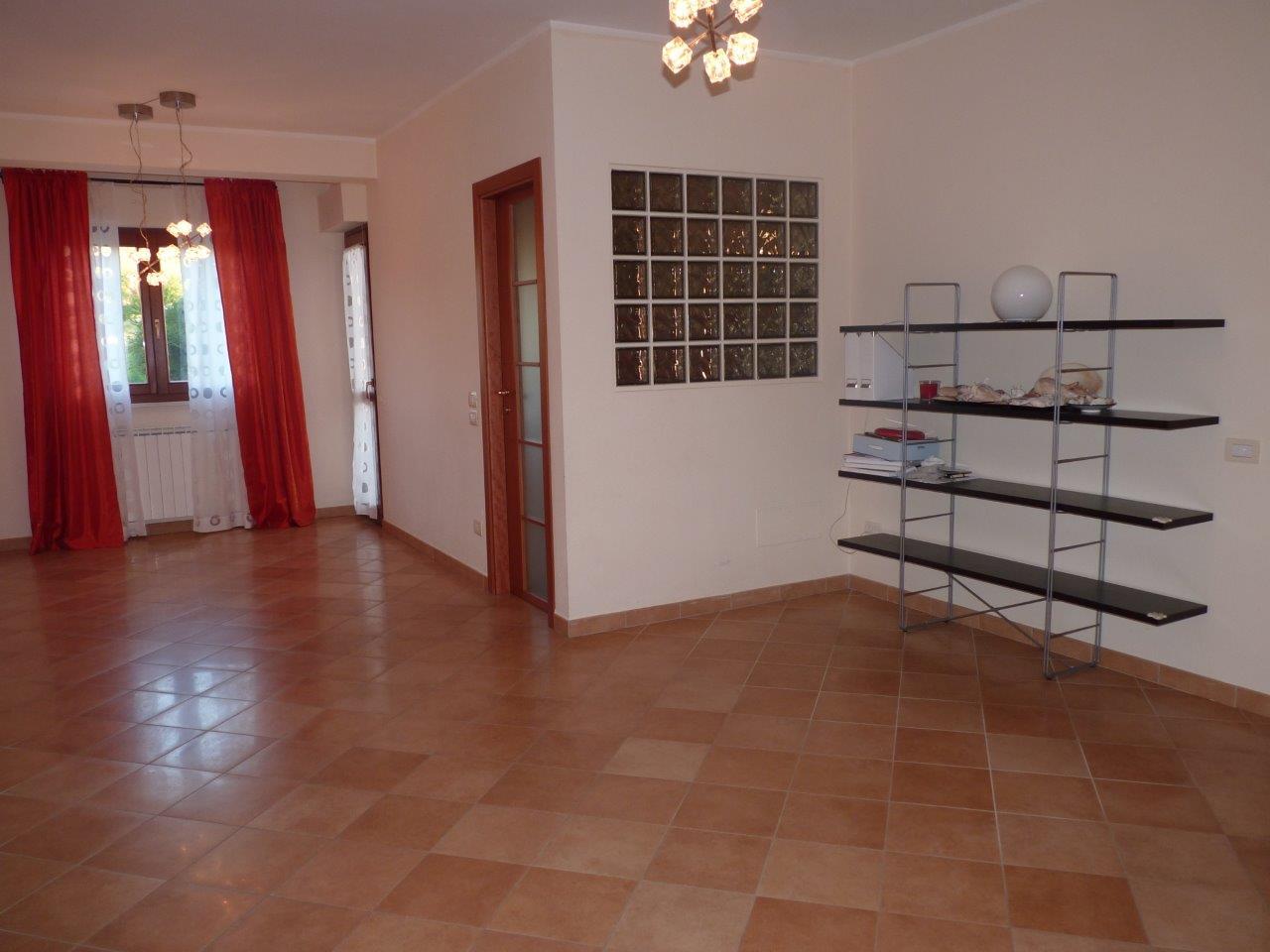 Appartamento in affitto a Fabriano, 4 locali, zona Località: PRESSICENTROCOMMERCIALE, prezzo € 550 | CambioCasa.it