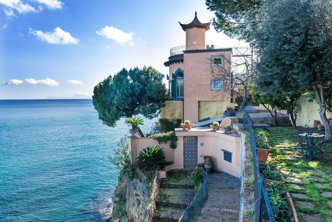 Historic home pied dans l\'eau in Posillipo