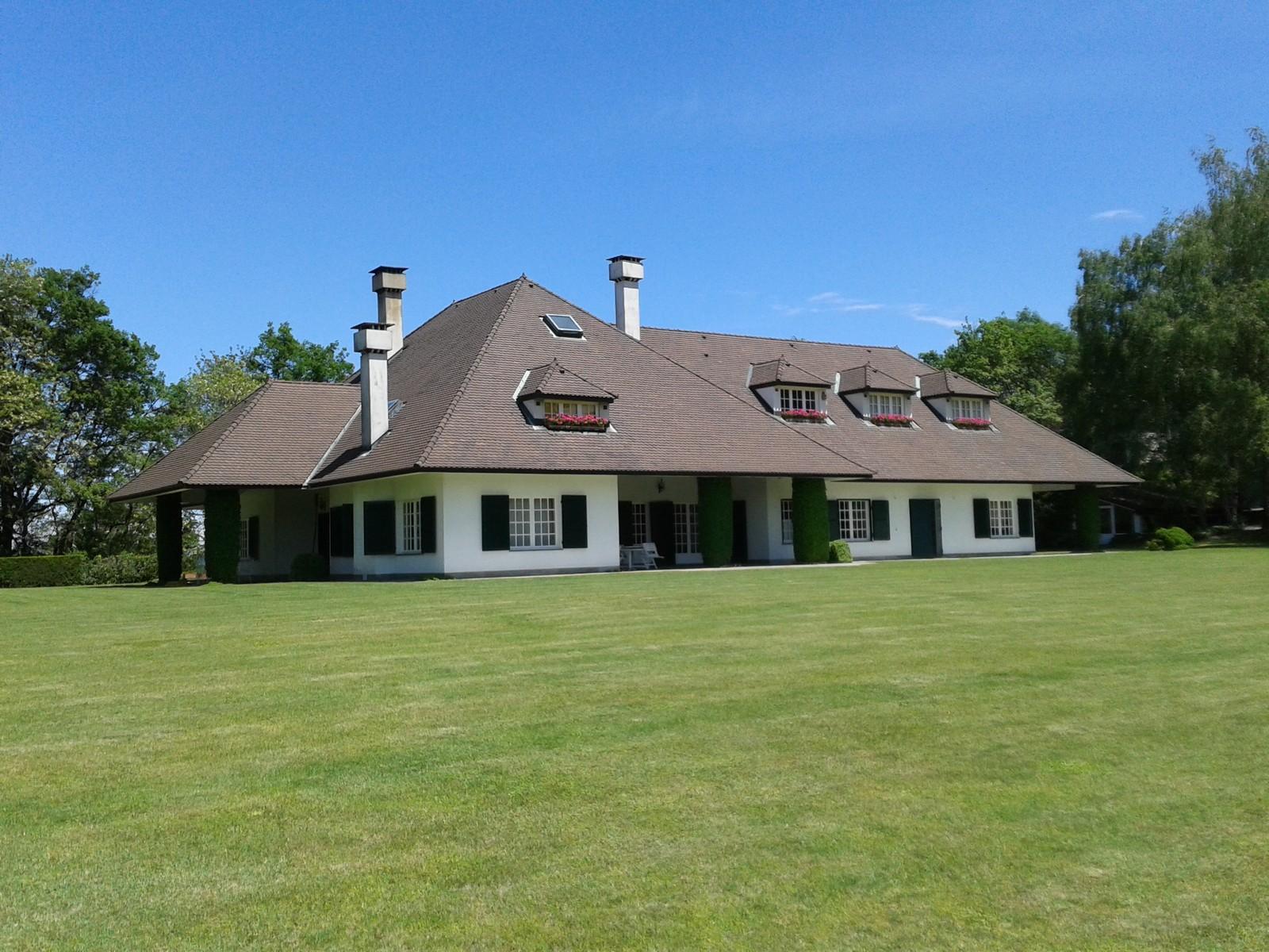Belle villa moderne entourée d\'un parc d'arbres séculaires