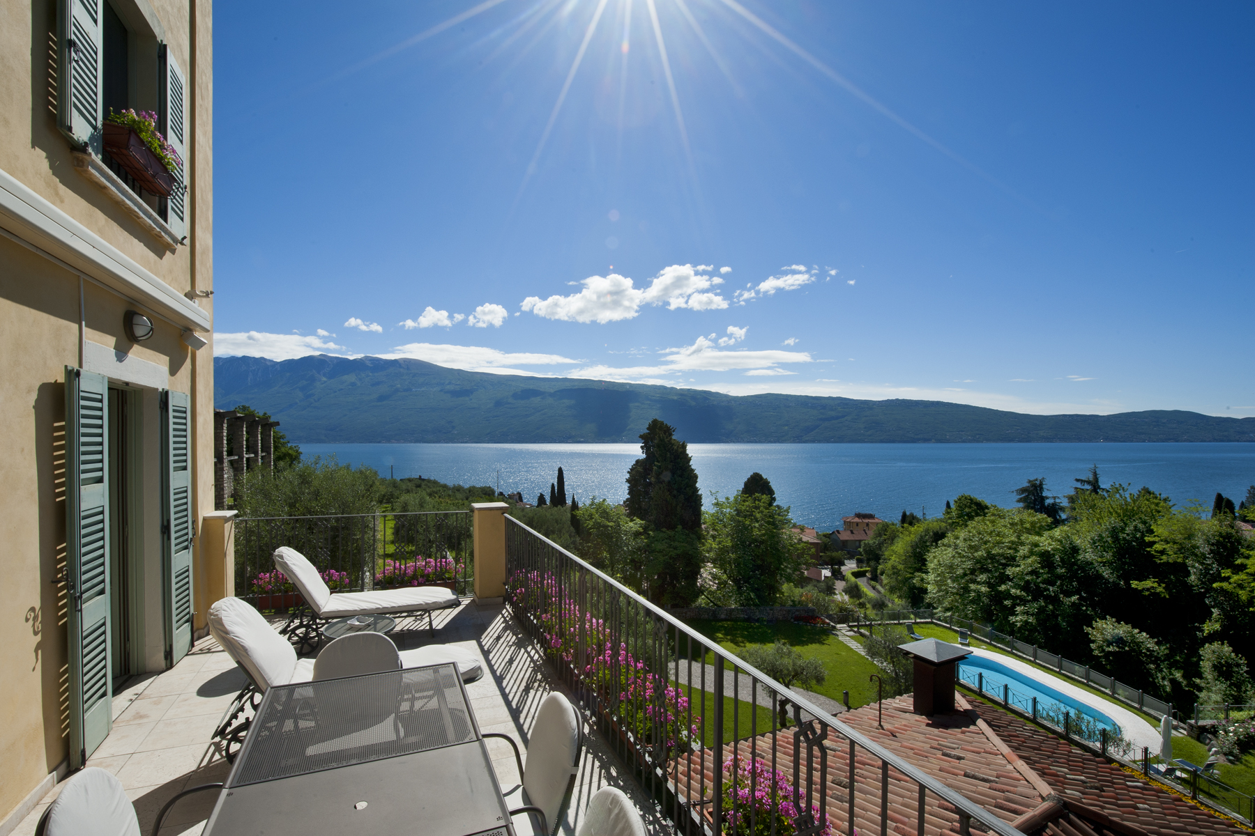 Incomparable property with amazing lakeview