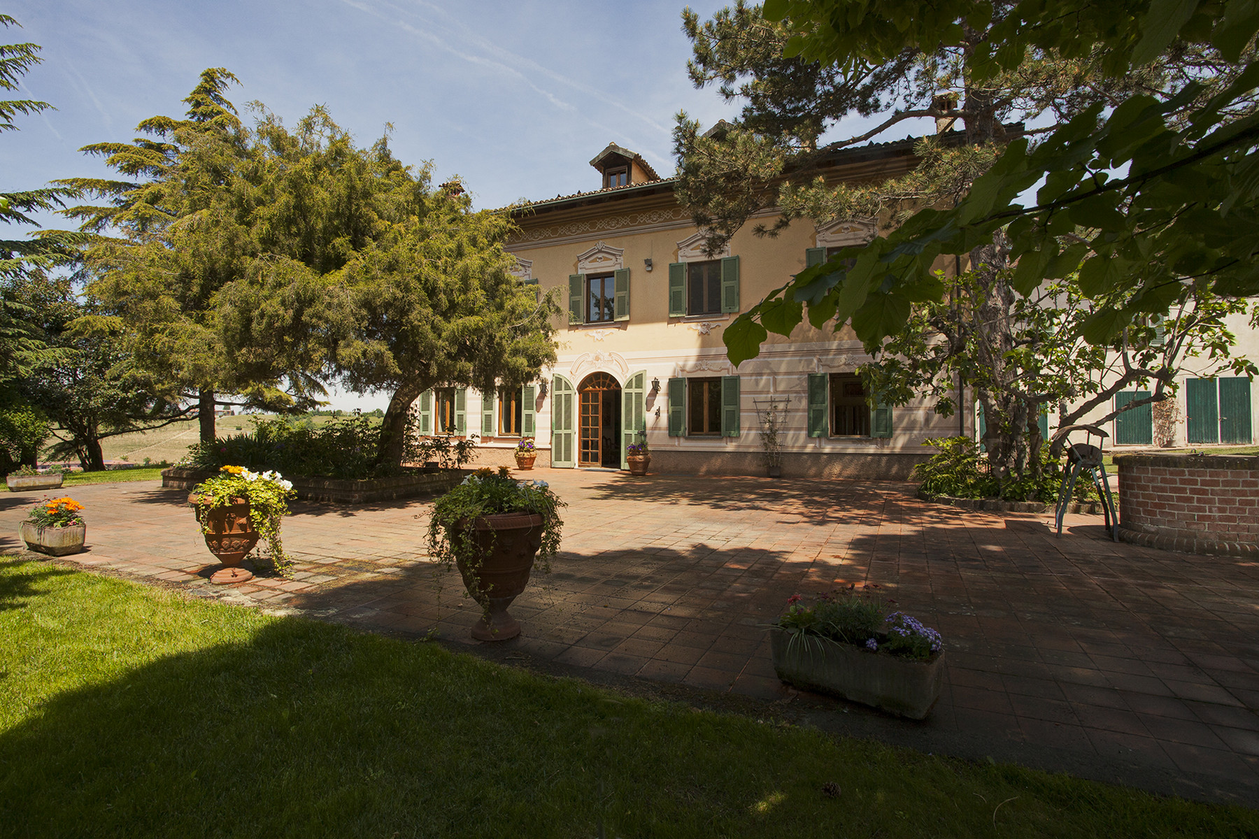 Elegant villa on top of a hill of Monferrato