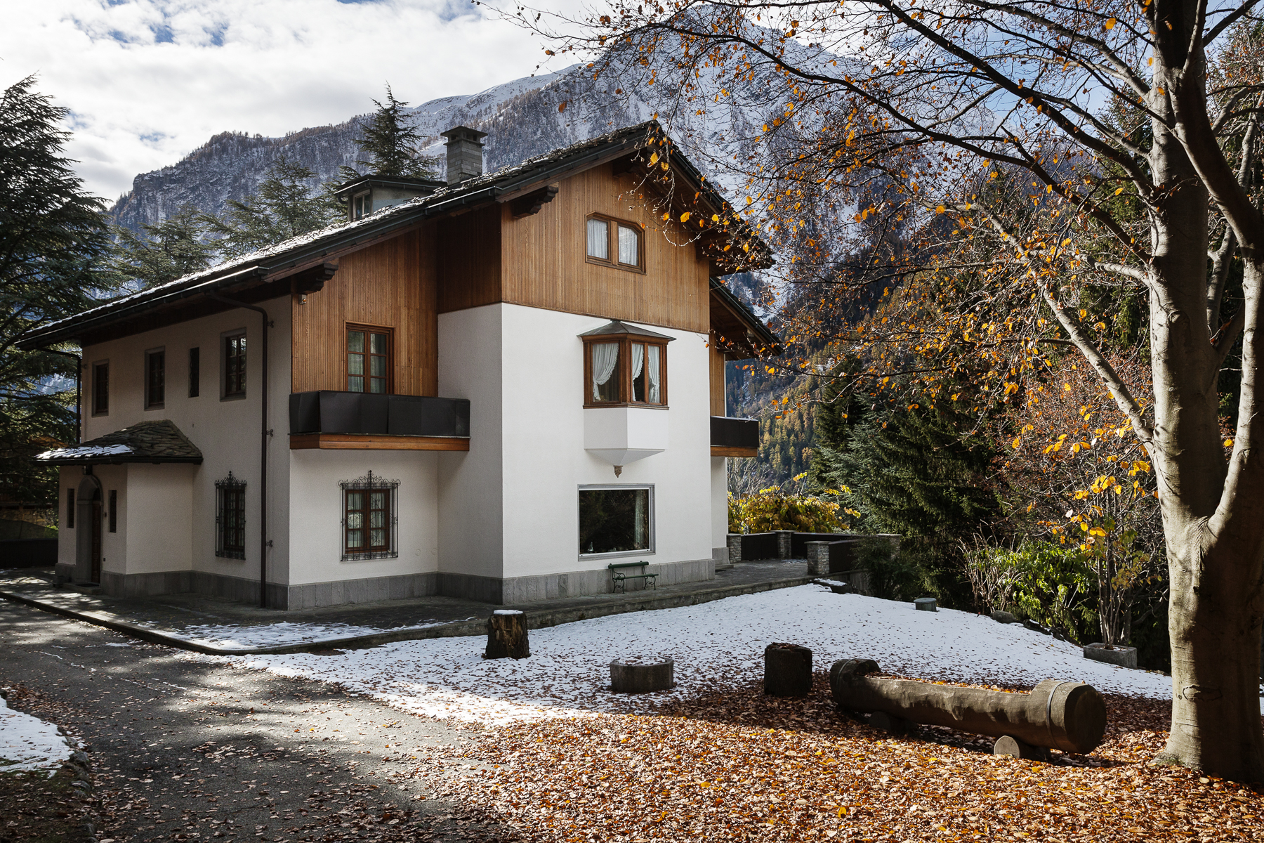 Old mansion including three villas in Courmayeur