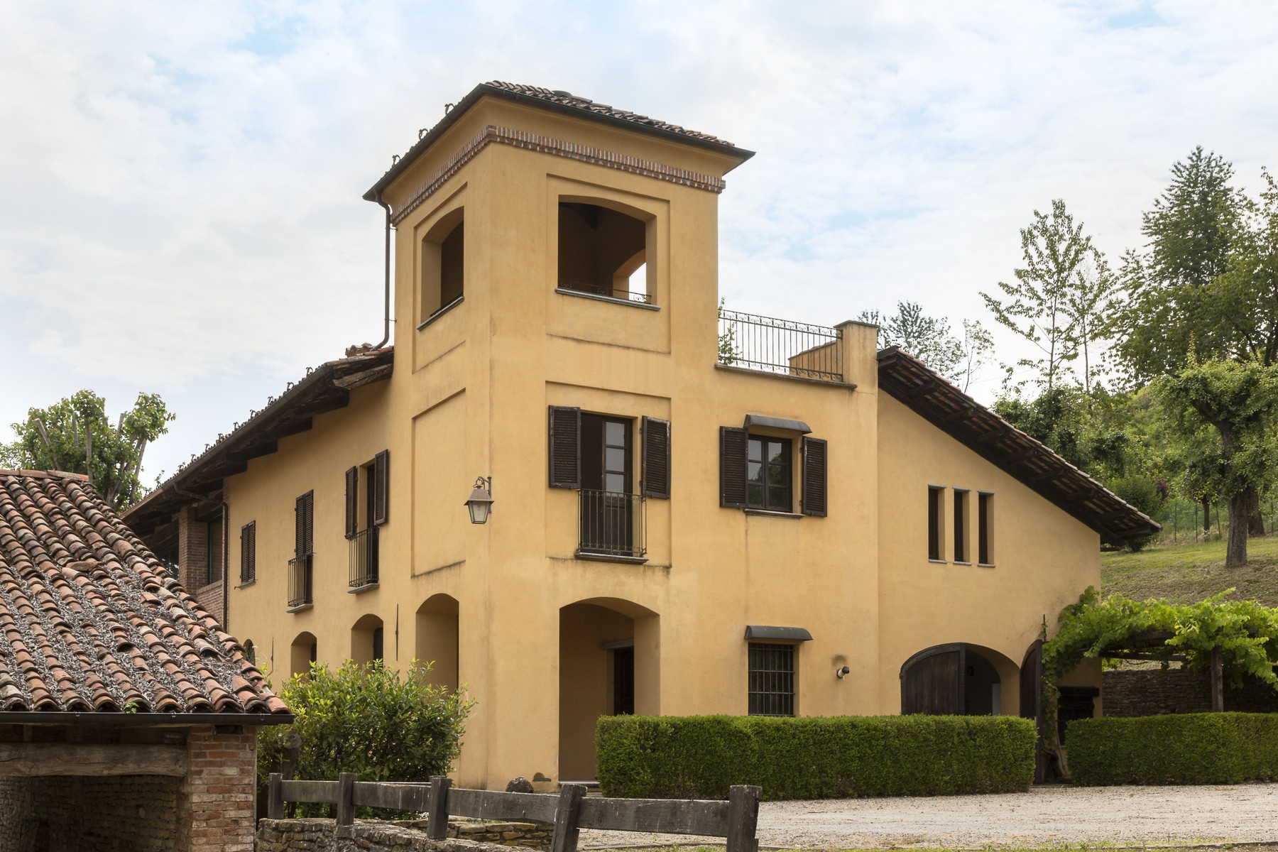 Charming estate with Langhe country views