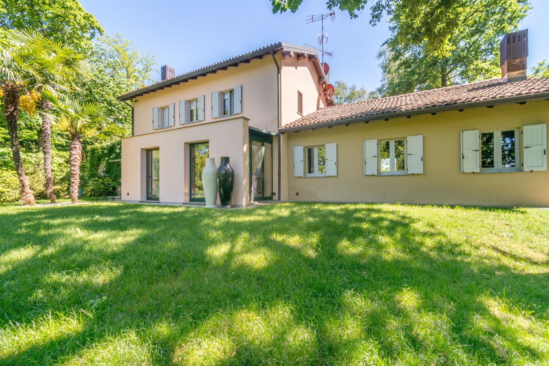 Moderna villa di campagna con immenso giardino verde