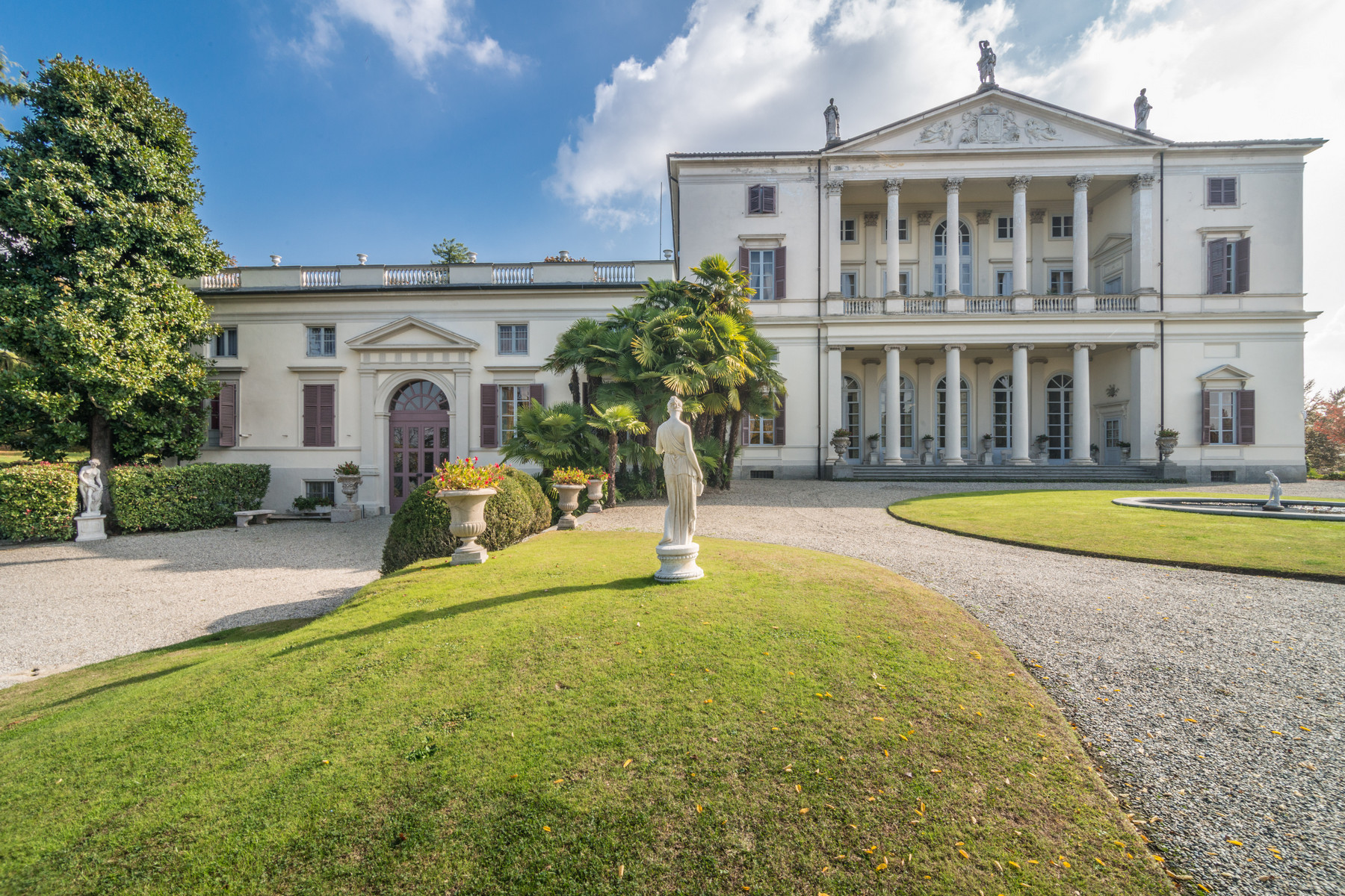 Majestic villa of the 17th Century with private park and helipad