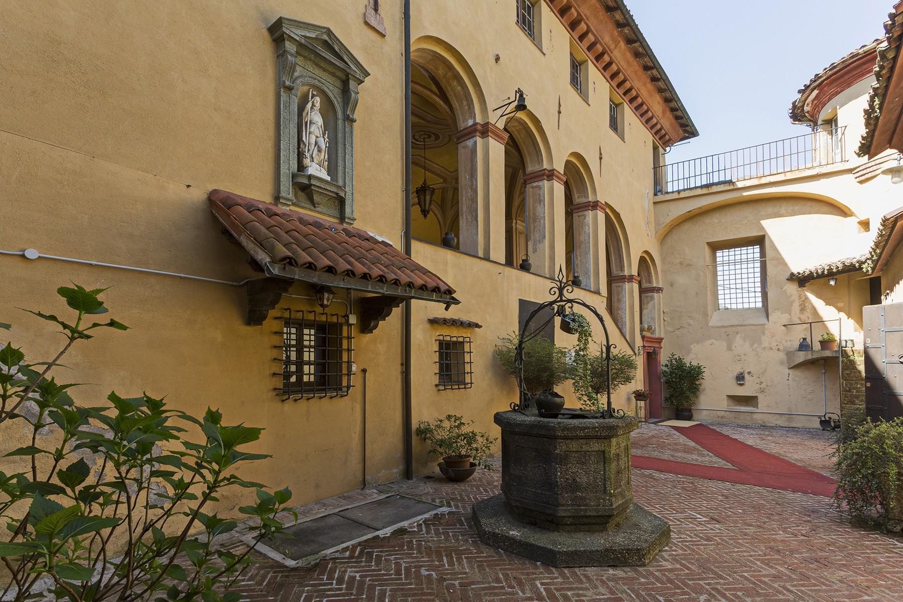 Elegante castello medioevale con chiesetta privata