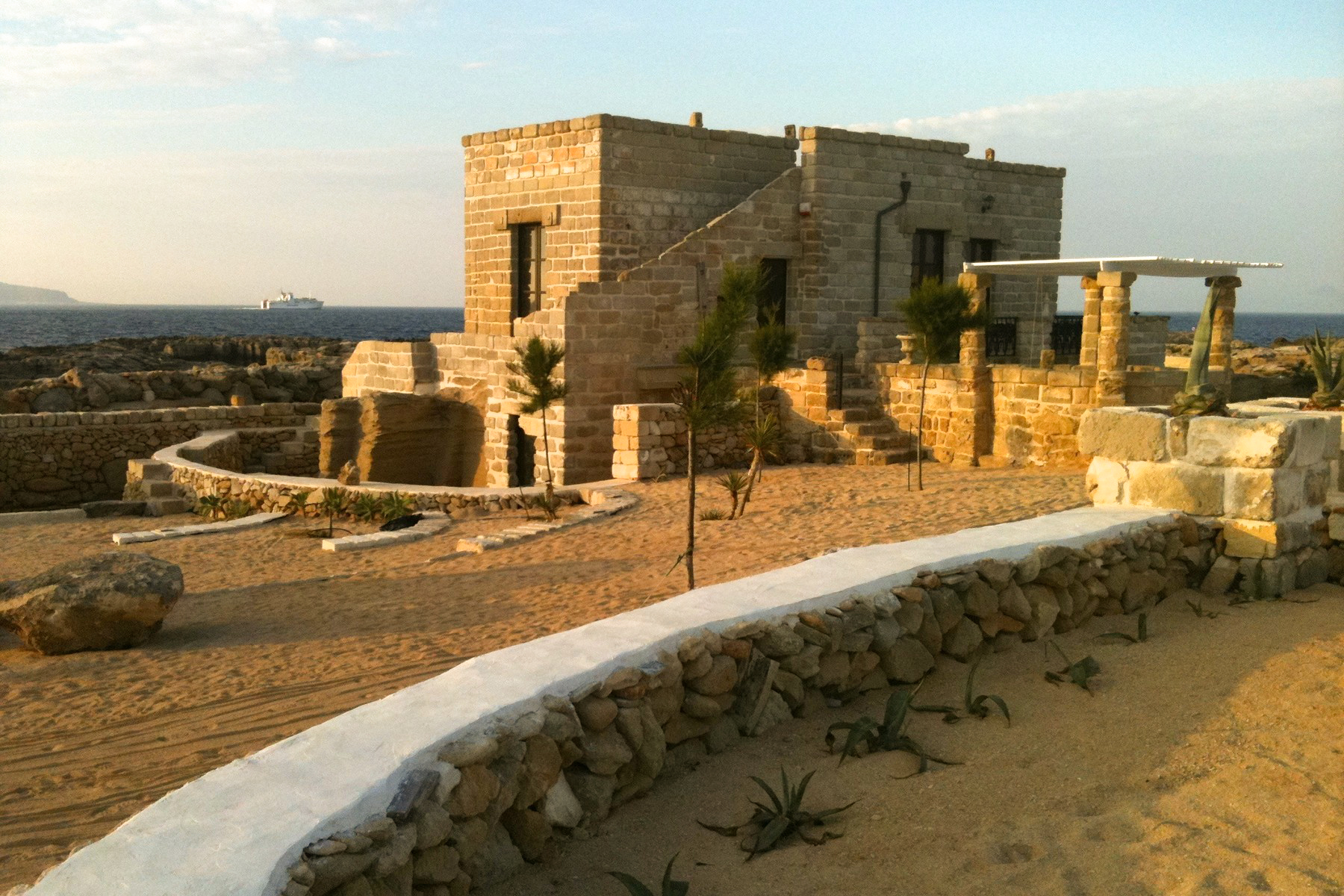 Villa with direct access to the sea