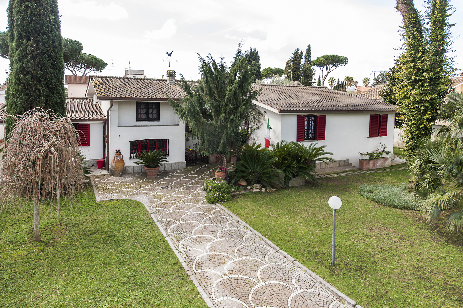 VILLA WITH LARGE GARDEN IN THE EUR INFERNETTO NEIGHBORHOOD