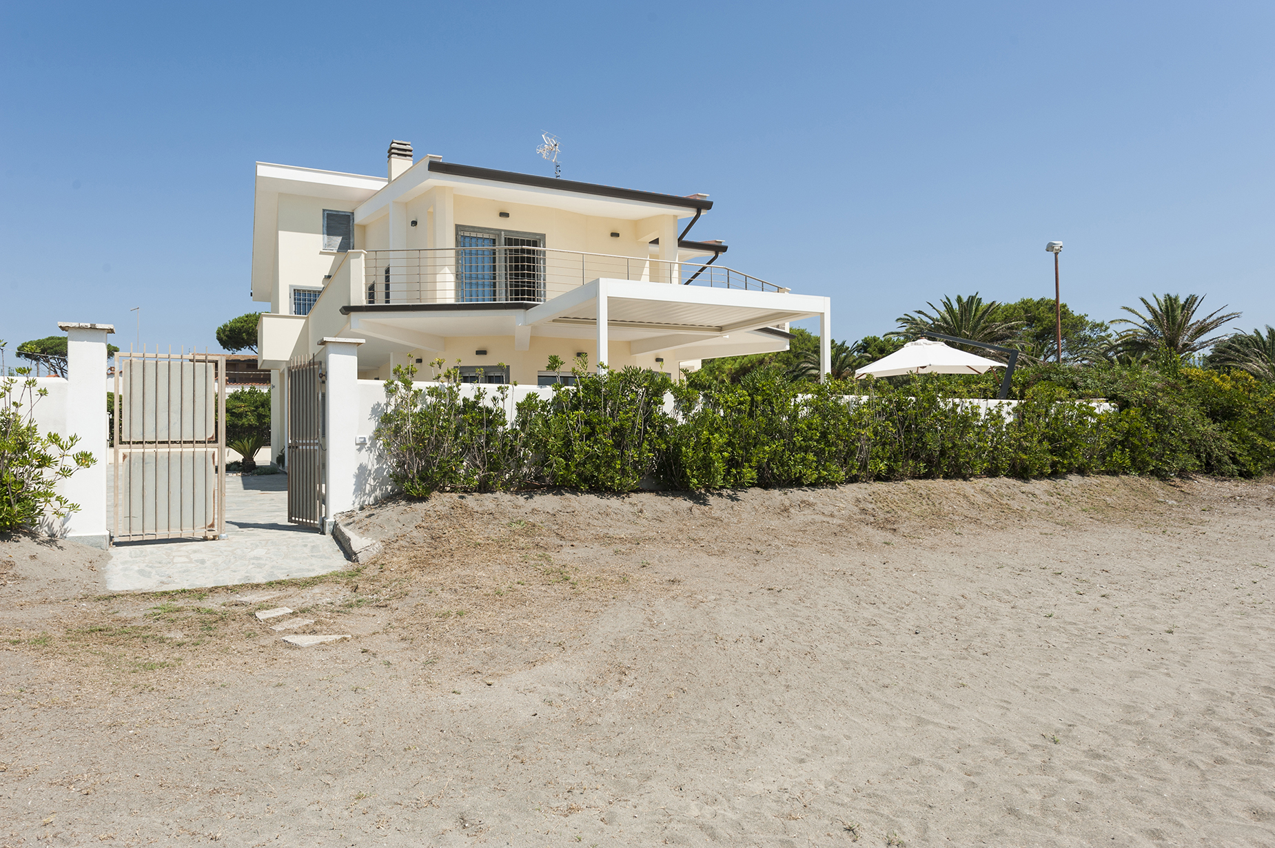 BRAND NEW VILLA WITH DIRECT ACCESS TO THE BEACH