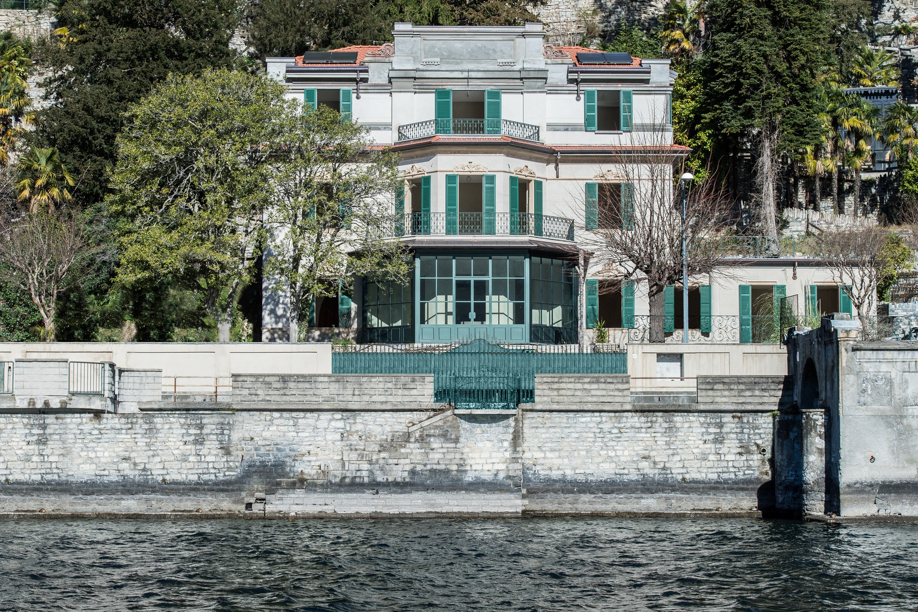 Prestigious historic lake front villa with botanical park