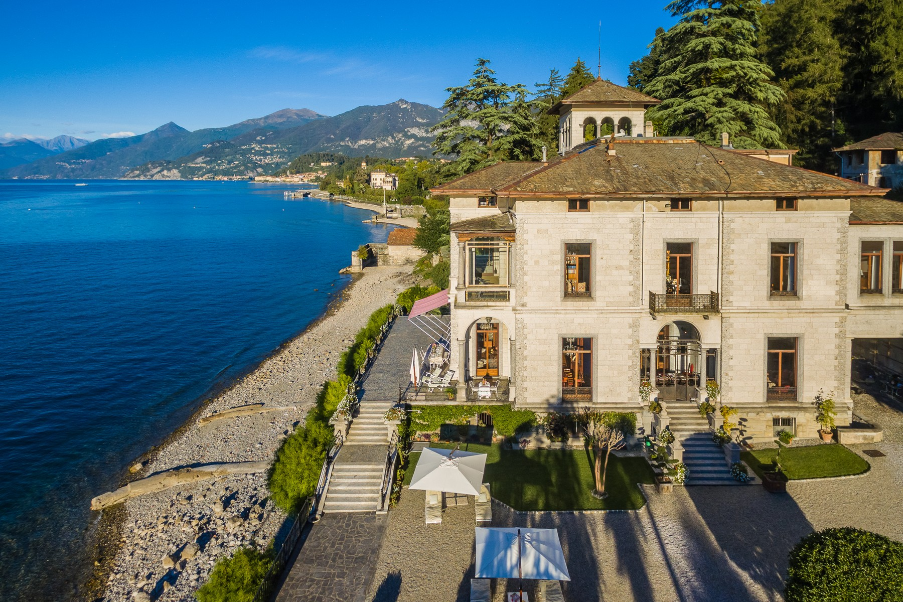 Magnificent villa Liberty pieds dans l'eau on Lake Como
