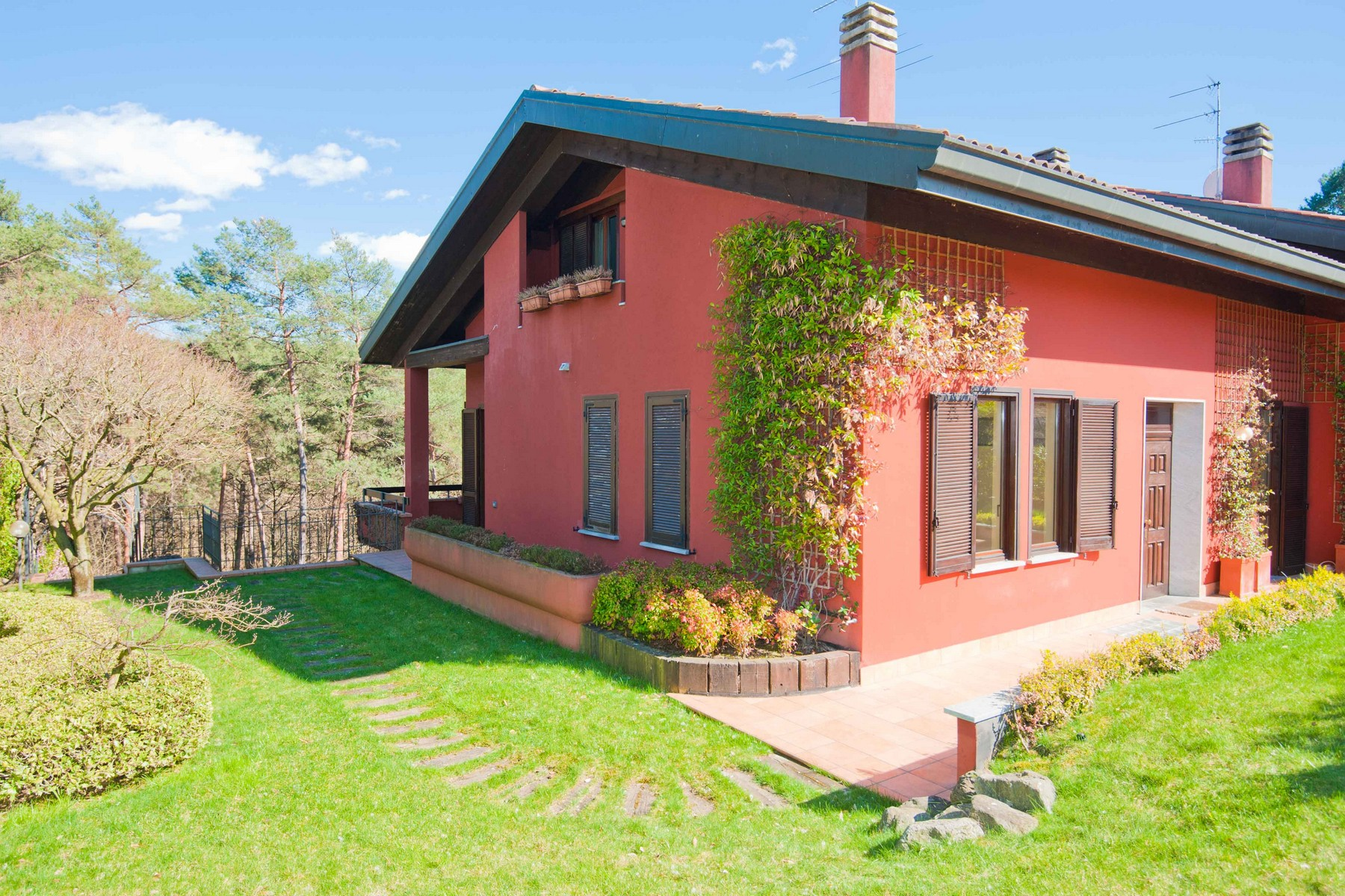 "Peaceful property immersed in the green area of the Golf ""La Pinetina\"""