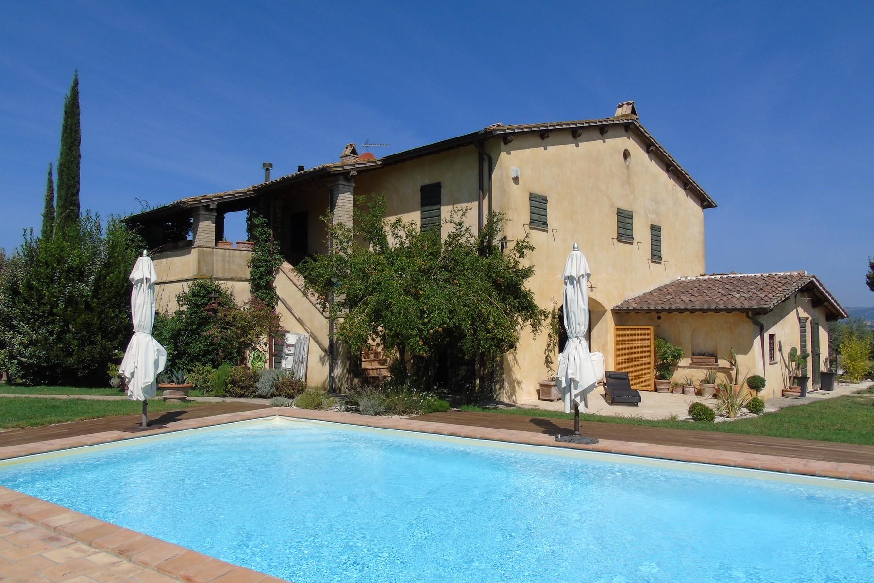 Splendido Casale in posizione panoramica con bellissima vista di Assisi