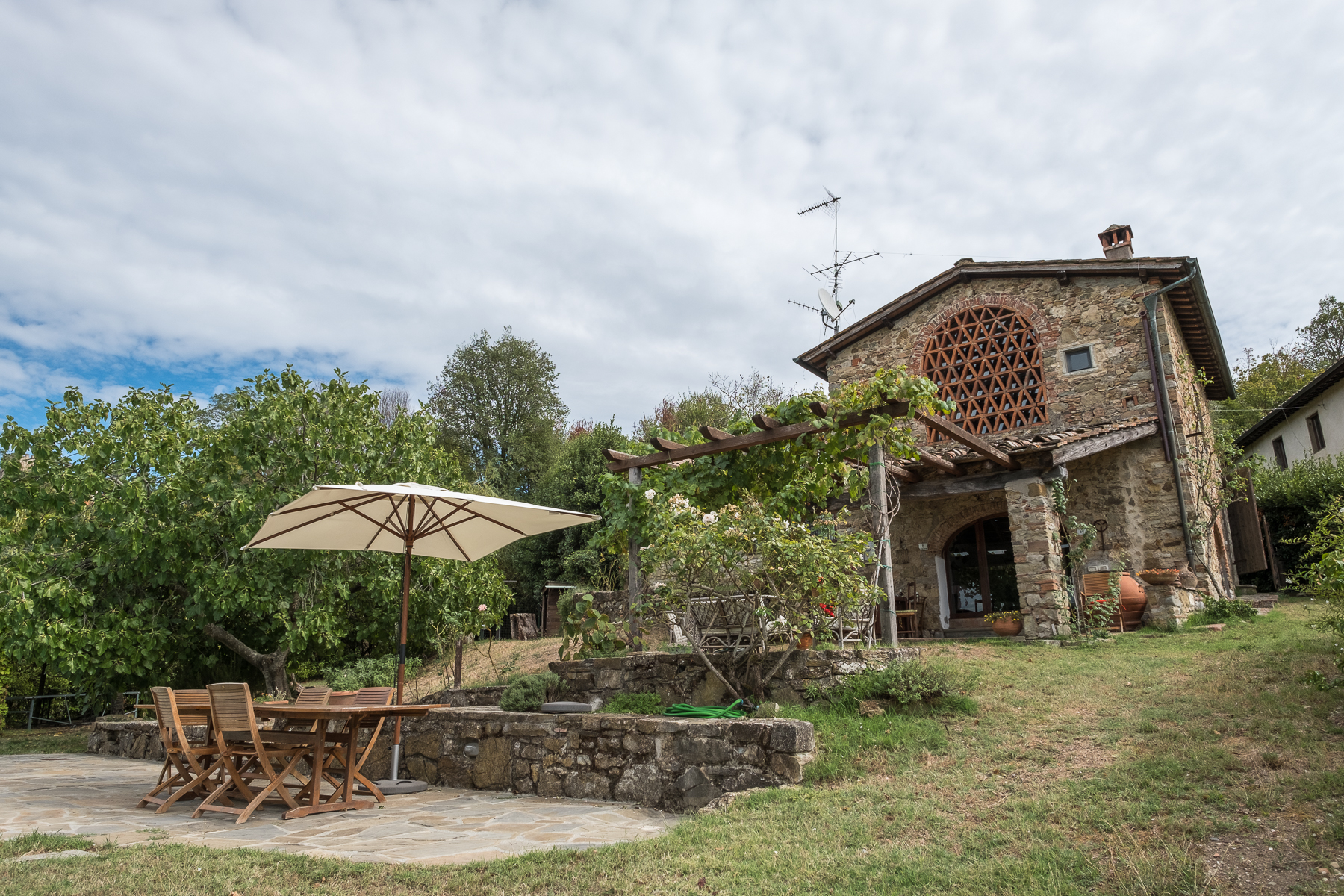 Farmhouse with swimming pool and lovely views over Florence