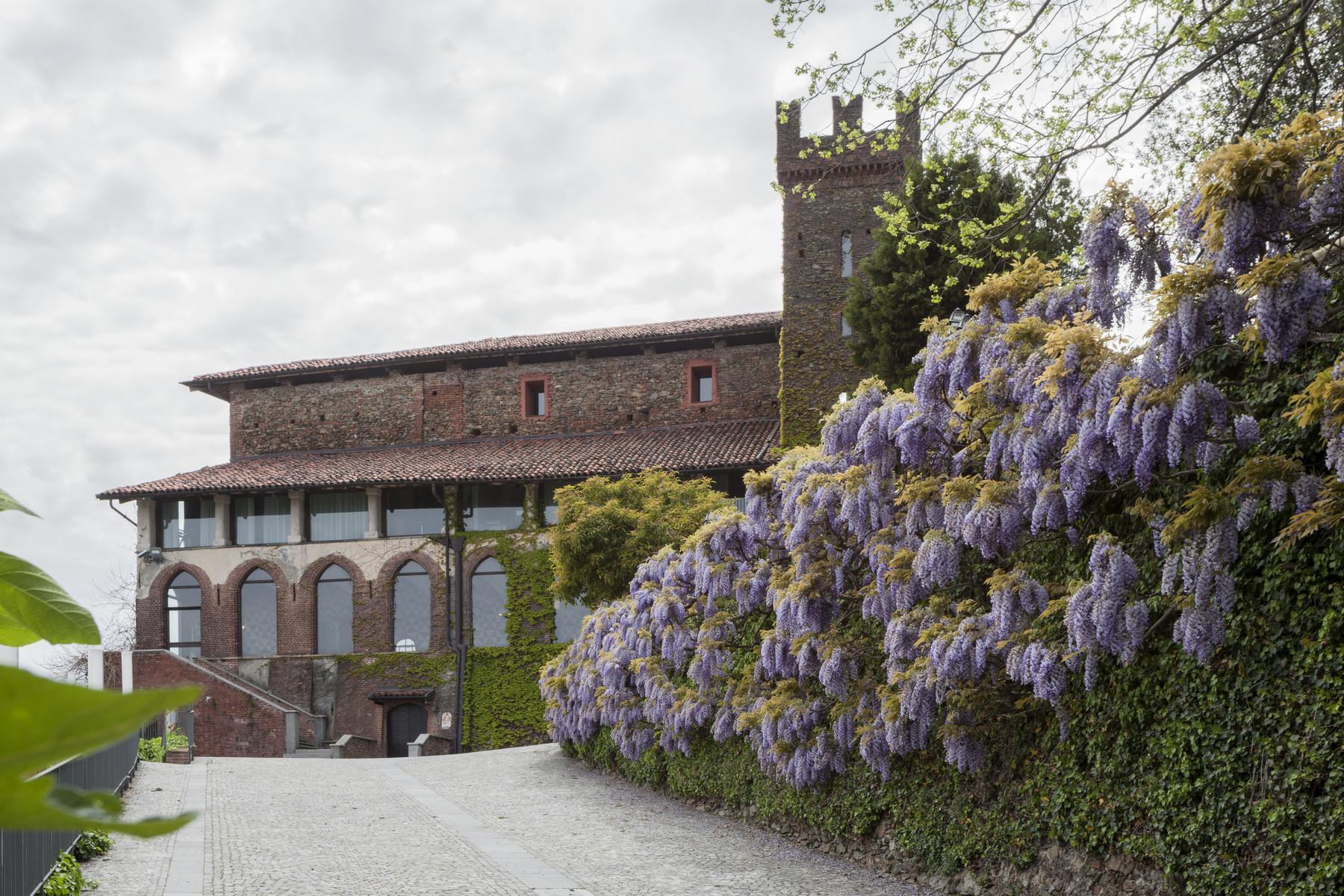 Straordinario castello sulle colline della campagna piemontese