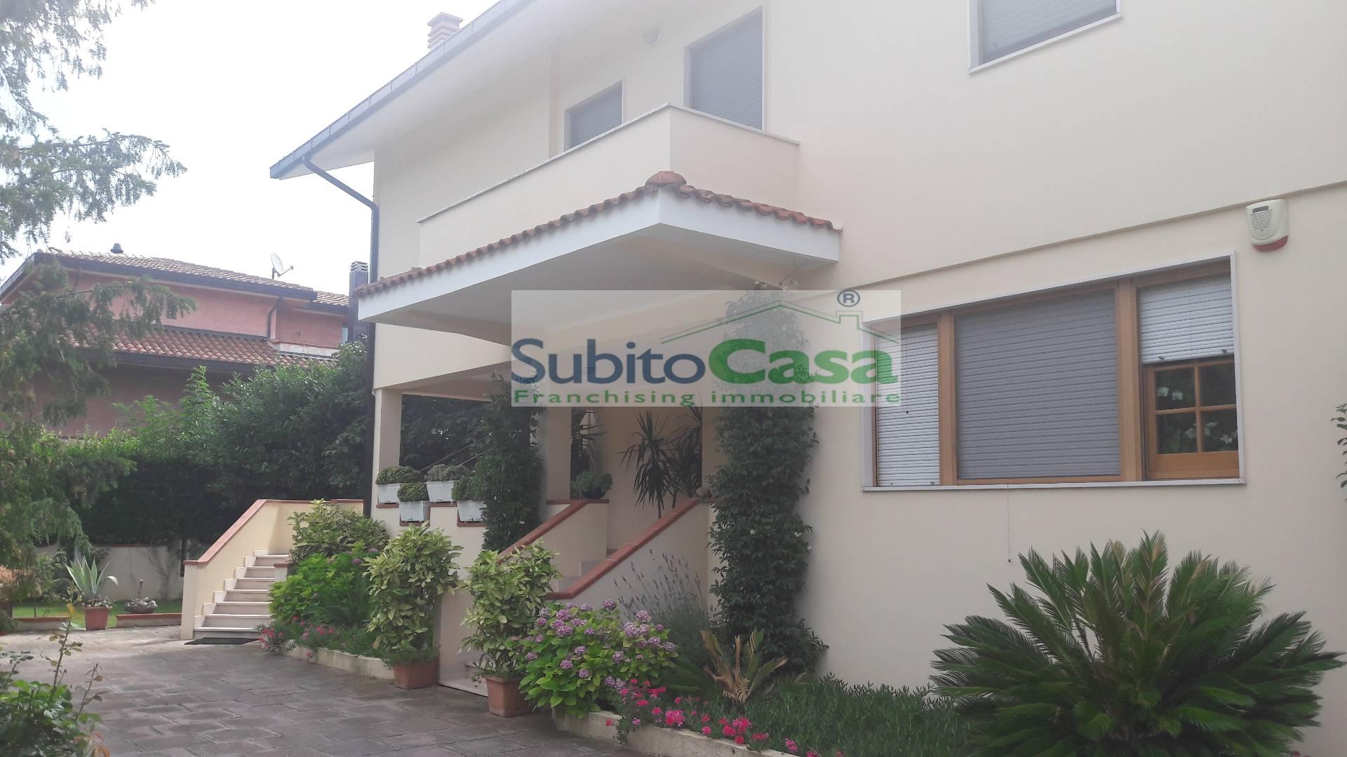Appartamento in affitto a Cepagatti, 8 locali, zona Zona: Villanova, prezzo € 500 | Cambio Casa.it