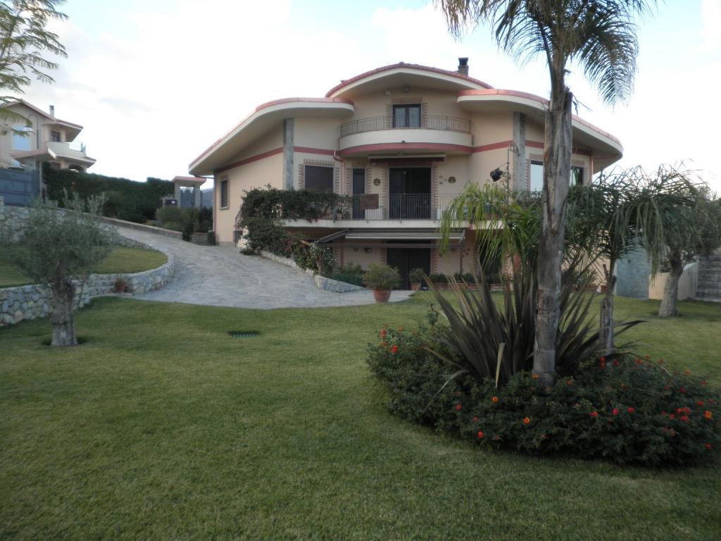 Villa in vendita a Soverato, 9 locali, zona Località: Soverato, Trattative riservate | CambioCasa.it