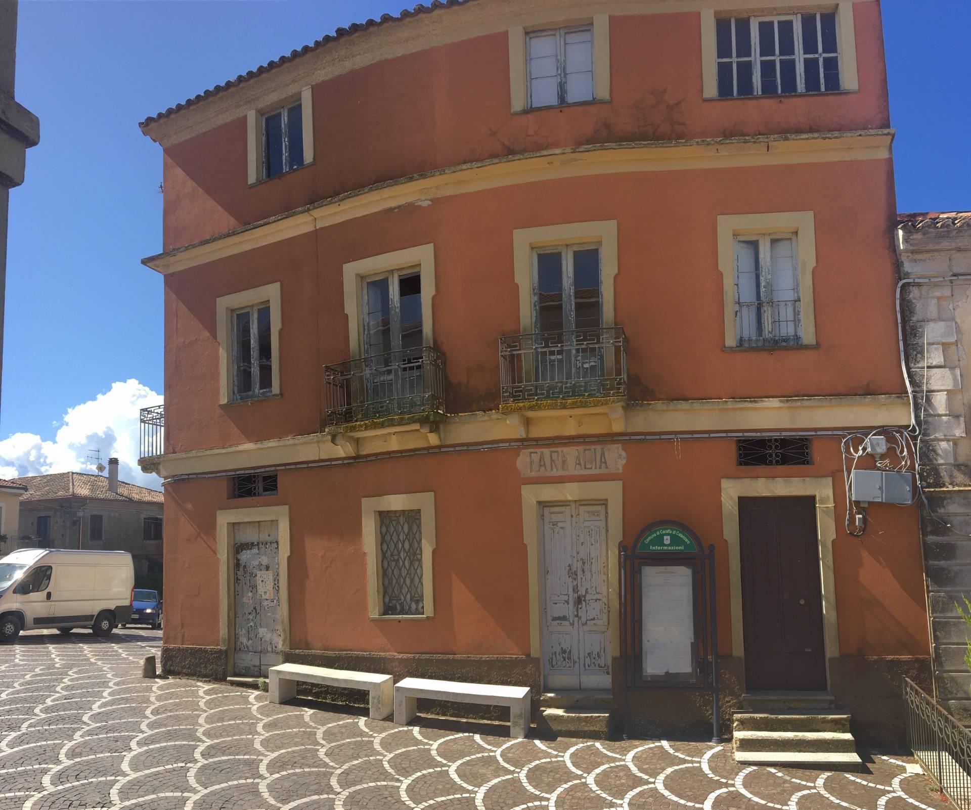 Palazzo / Stabile in vendita a Caraffa di Catanzaro, 9 locali, prezzo € 69.000   CambioCasa.it