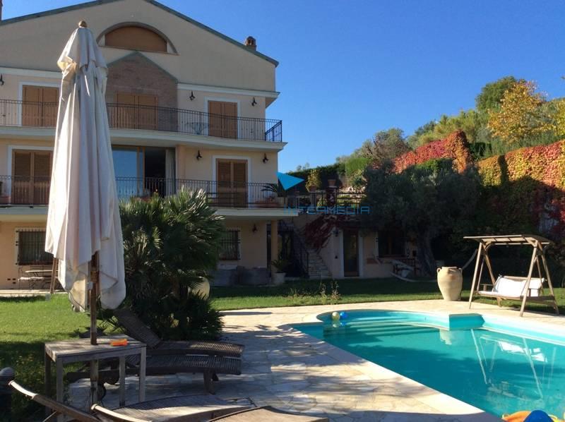 Villa in vendita a Spoltore, 22 locali, Trattative riservate | Cambio Casa.it