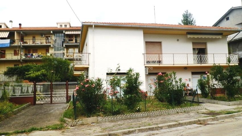 Soluzione Indipendente in vendita a Loreto Aprutino, 11 locali, zona Località: Cappuccini, prezzo € 150.000 | Cambio Casa.it