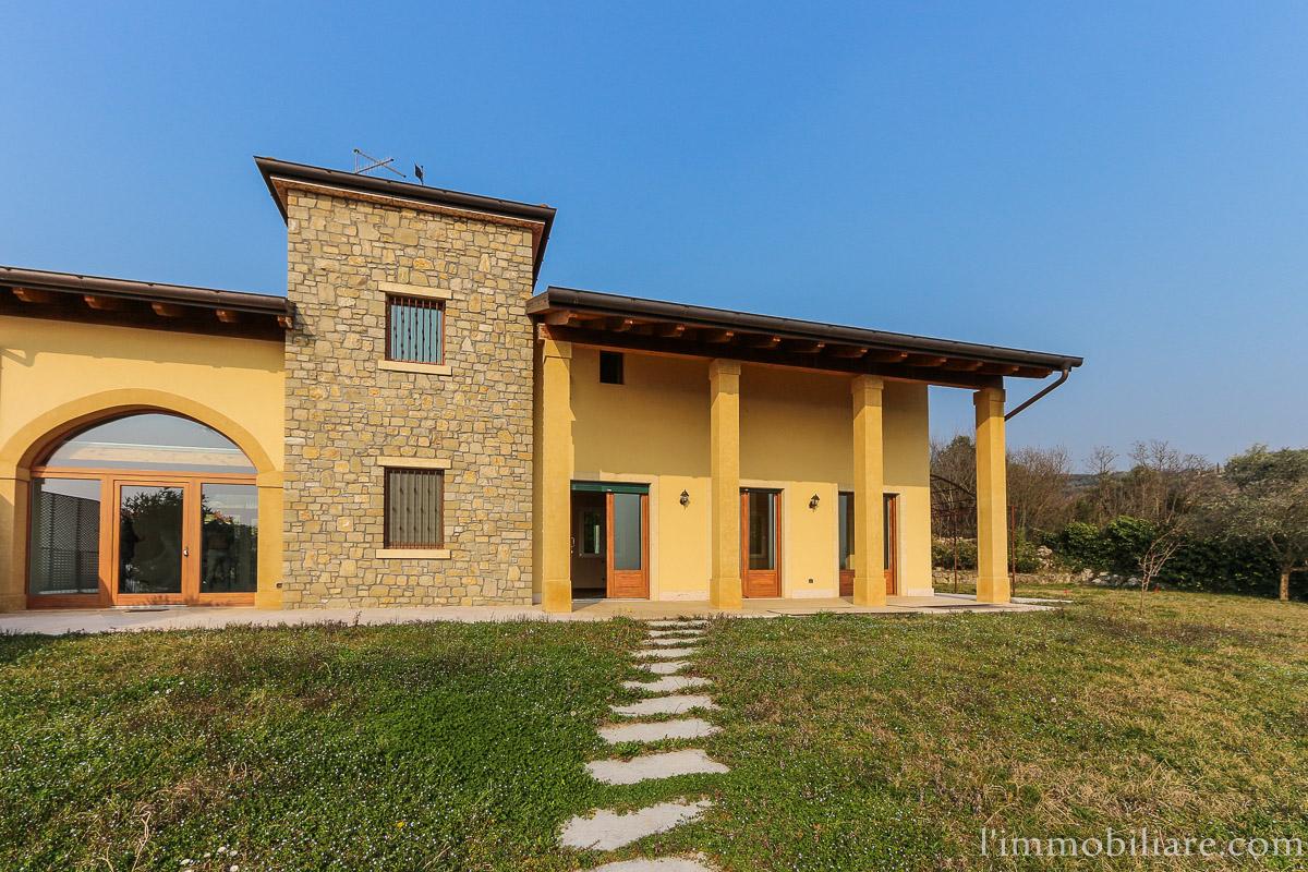 Soluzione Indipendente in vendita a Verona, 7 locali, zona Località: Parona, Trattative riservate | Cambio Casa.it