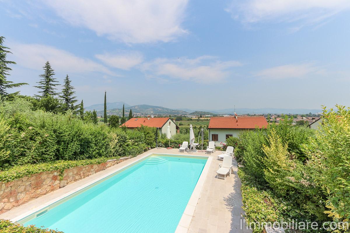 Soluzione Indipendente in vendita a Bussolengo, 7 locali, zona Località: Periferia, prezzo € 390.000 | Cambio Casa.it