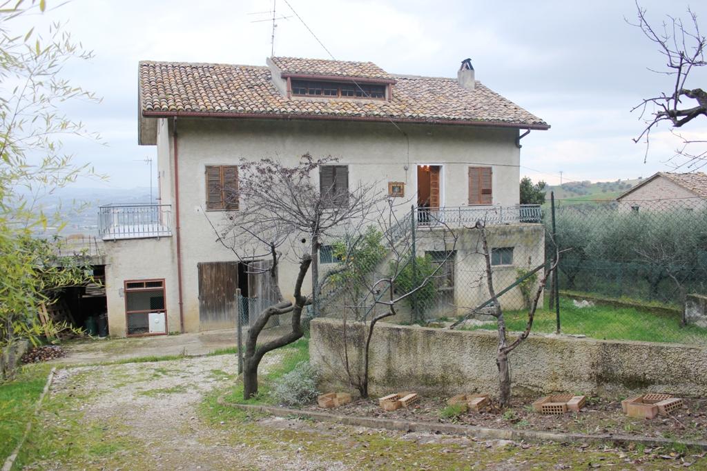 Rustico / Casale in vendita a Controguerra, 9 locali, prezzo € 220.000 | PortaleAgenzieImmobiliari.it